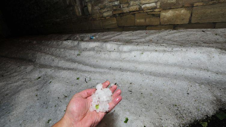 La grêle s'est abattue sur Clermont-Ferrand (Puy-de-Dôme), dans la nuit du 7 août 2013. (MAXPPP)