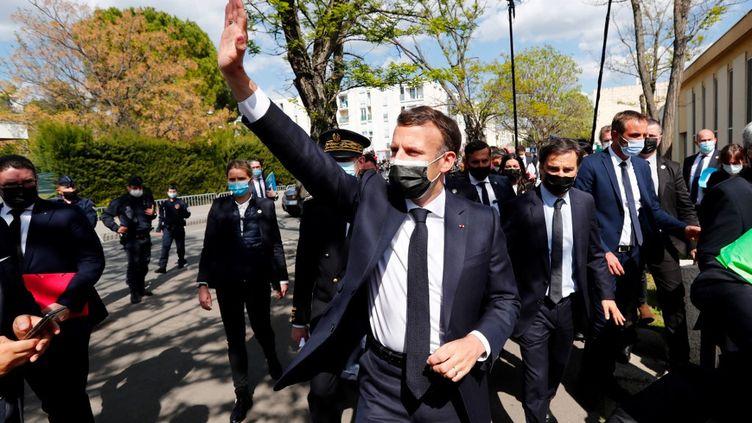 Emmanuel Macron arrive dans le quartier de La Mosson, à Montpellier (Hérault), le 19 avril 2021. (GUILLAUME HORCAJUELO / AFP)