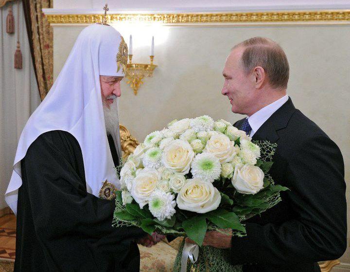 Aligné sur la politique du Kremlin, le patriarche orthodoxe de Moscou reçoit un bouquet de fleurs des mains de Vladimir Poutine, le 1er février 2016, à l'occasion du septième anniversaire de son sacre. (AFP PHOTO / SPUTNIK / ALEXEI NIKOLSKY)