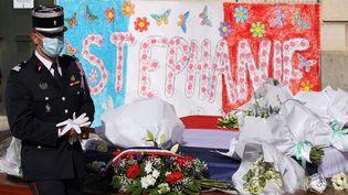 Des fleurs déposées en hommage à la fonctionnaire de police assassinée Stéphanie Monfermé, le 26 avril 2021 à Rambouillet (Yvelines), devant la mairie de la ville. (MAXPPP)
