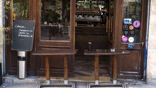 Un restaurant à Paris proposant ses produits à la vente à emporter, en raison du confinement, le 3 novembre 2020. (VIRGINIE HAFFNER / HANS LUCAS / AFP)