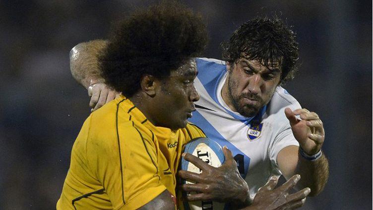 L'Australien Polota au contact avec l'Argentin Fernandez Lobbe