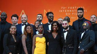 """Le casting du film """"Les Misérables"""" sur les marches du Festival de Cannes, le 15 mai 2019. (ALBERTO PIZZOLI / AFP)"""