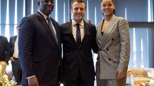 Emmanuel Macron entouré du président sénégalais Macky Sall et de la chanteuse Rihanna, à Dakar (Sénégal), le 2 février 2018. (JEAN-CLAUDE COUTAUSSE / AFP)