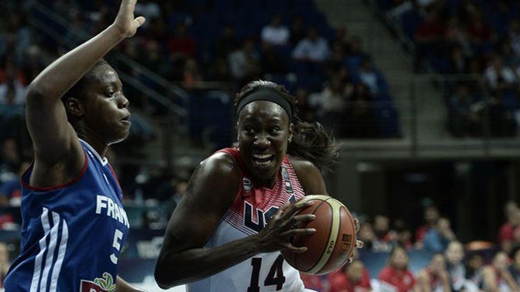 La joueuse française Endy Miyem en défense devant  Tina Charles