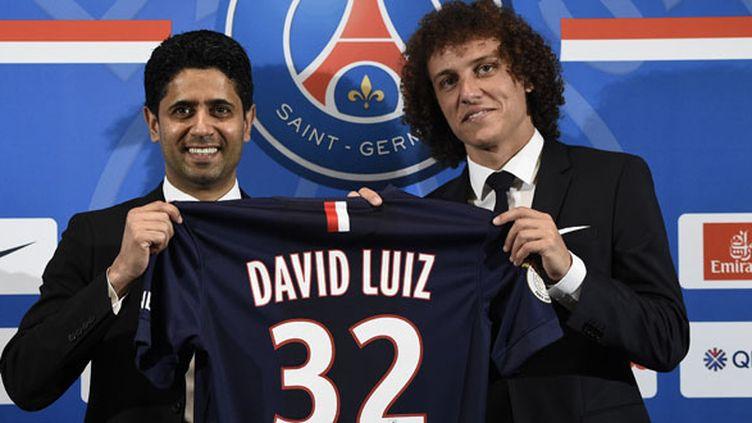 Le défenseur brésilien David Luiz et le président du PSG Nasser Al-Khelaïfi lors de la présentation officielle du joueur