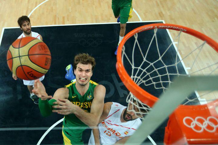 Le basketteur brésilien Tiago Splitter marque un panier lors du match contre l'Espagne, le 6 août. (CHRISTIAN PETERSEN / AFP)