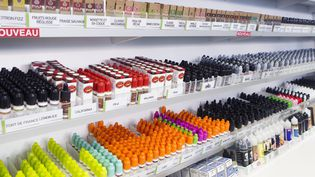 Des liquides de cigarette électronique dans une boutique en janvier 2018. Illustration. (GUILLAUME BONNEFONT / MAXPPP)