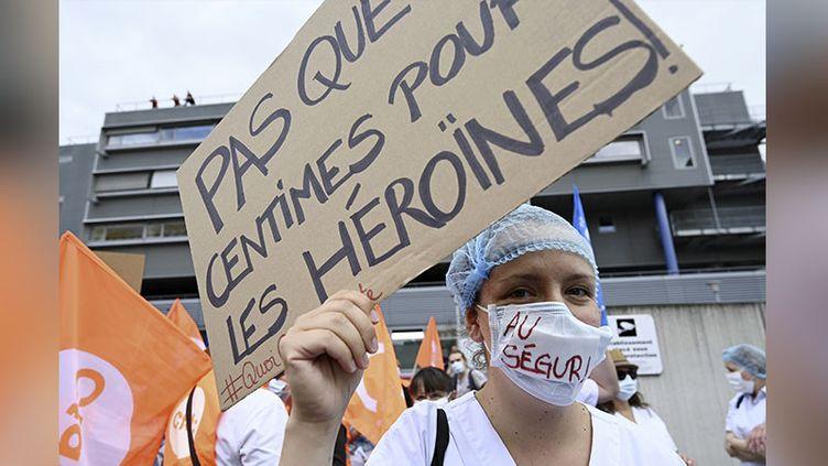 Une soignante manifeste devant l'hôpital de Strasbourg, le 30 juin 2020. (FREDERICK FLORIN / AFP)