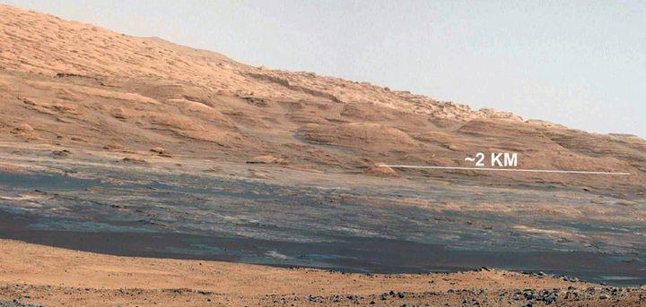 Le mont Sharp sur Mars, pris en photo par le robot Curiosity, le 17 août 2012. (HO / NASA / AFP)