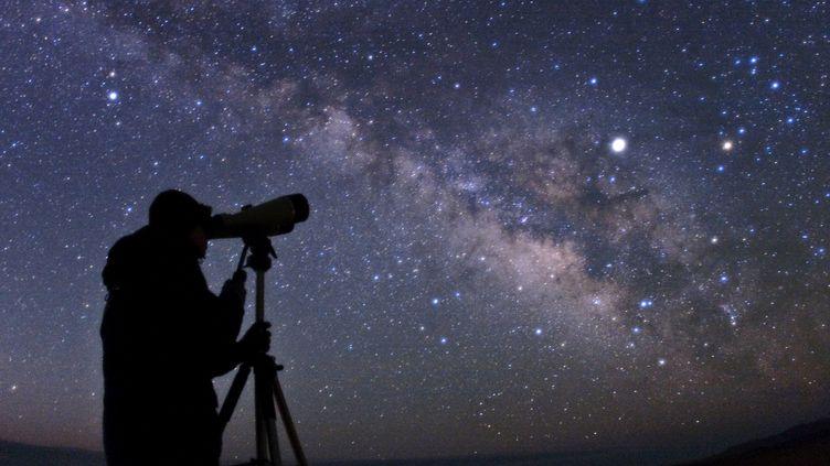 Un astronome amateur observe les étoiles, en Iran, le 30 mai 2017. (A.H. ABOLFATH / B.A.TAFRESHI / AFP)