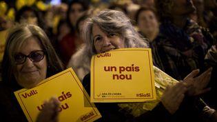 Des militantes pro-indépendance de la Catalogne, vendredi 7 novembre 2014, à Barcelone (Espagne). (EMILIO MORENATTI / AP / SIPA)