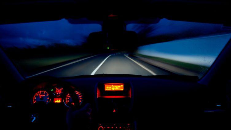 Une voiture roule en plein phares. (CARO LAURENT / MAXPPP)