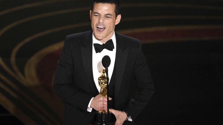 """Rami Malek reçoit l'Oscar du meilleur acteur pour son interprétation de Freddie Mercury dans """"Bohemian Rhapsody"""", le 24 février 2019 à Los Angeles (Etats-Unis). (CHRIS PIZZELLO / AP / SIPA)"""