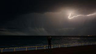 Ciel d'orage à Nice, en octobre 2019. (VALERY HACHE / AFP)