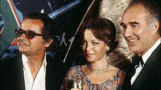 Serge Reggiani, Romy Schneider et Michel Piccoli, posent lors de la toute première cérémonie des César en 1976, à Paris. (AFP)