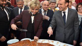 Emmanuel Macron et son épouse Brigitte lors de la traditionnelle galette des rois à l'Elysée, le 12 janvier2018. (CHRISTOPHE ARCHAMBAULT / AFP)