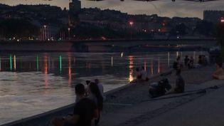La ville de Lyon, dans le Rhône, à la tombée de la nuit. (FRANCE 2)
