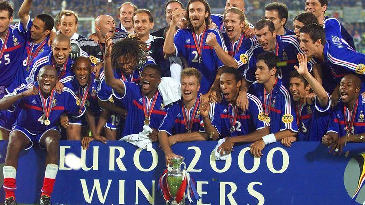 L'équipe de France pose avec le trophée de l'Euro, le 2 juillet 2000 à Amsterdam (Pays-Bas). (PHILIPPE HUGUEN / AFP)