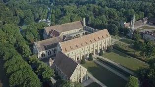 Construite au XIIIème siècle, l'Abbaye de Royaumont est un bijou architectural dans un écrin de verdure. Ces jardins d'exception nous invitent à remonter le temps, jusqu'au Moyen-Âge. (CAPTURE ECRAN FRANCE 2)