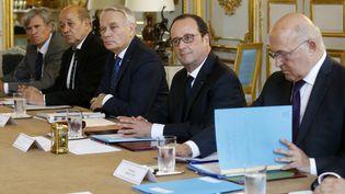 François Hollande entouré des ministres Stéphane Le Foll, Jean-Yves Le Drian, Jean-Marc Ayrault et Michel Sapin le 24 juin 2016 à l'Elysée (Paris) pour une réunion extraordinaire après le Brexit. (JACKY NAEGELEN / AFP)
