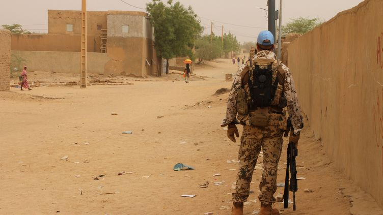 Un militaire patrouille dans une rue de Gao, au Mali, le 7 mai 2016. (KRISTIN PALITZA / DPA)