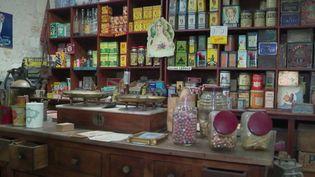 Depuis 10 ans, Sébastien Bourbigot tient le musée desCommerces d'autrefois, à Rochefort (Charente-Maritime). Son but : faire briller les yeux des nostalgiques et faire découvrir aux plus jeunes une époque qu'ils n'ont pas connu. (France 2)
