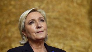 Marine Le Pen lors de la visite d'une ferme à Pordic (Côtes-d'Armor), le 30 mars 2017. (LOIC VENANCE / AFP)