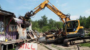 Un bulldozer détruit une construction illégale sur le site de Notre-Dame-des-Landes (Loire-Atlantique), le 17 mai 2018. (GUILLAUME SOUVANT / AFP)