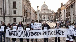 Manifestation devant le Vatican de victimes de prêtres pédophiles, le 29 octobre 2011. (GETTY IMAGES)