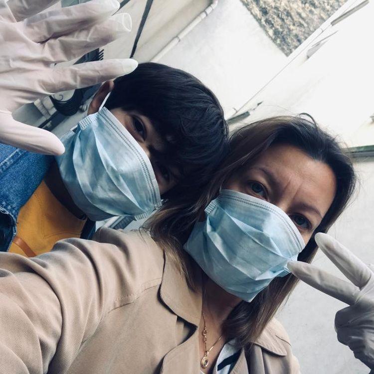 Lisa et son fils César portent masques et gants pour aller faire des courses, le 19 mars 2020. (LISA / FRANCEINFO)