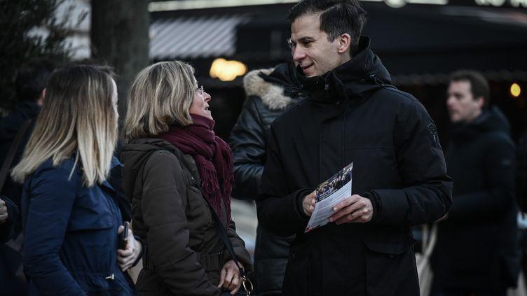 L'ancien conseiller en communication de François Hollande, Gaspard Gantzer, alors candidat à la mairie de Paris, fait campagne dans la capitale, le 7 février 2019. (PHILIPPE LOPEZ / AFP)