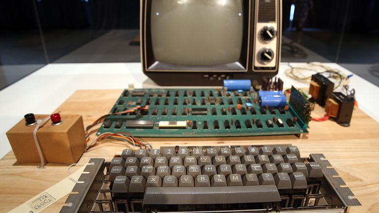 Un modèle d'Apple 1, construit en 1976, exposé le 24 juin 2013 au musée d'histoire deMountain View, en Californie. (JUSTIN SULLIVAN / GETTY IMAGES NORTH AMERICA / AFP)