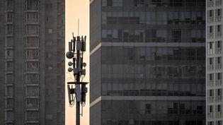 Une antenne-relais téléphonique, le 7 avril 2020 à Pékin (Chine). (NICOLAS ASFOURI / AFP)