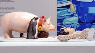 Selon les descriptions fournies par l'AFP, le cochon de Jeff Koons faisant l'objet de poursuites est celui qui est exposé à côté de la sculpture représentant Michael Jackson et son singe, au Centre Pompidou.  (PJB / Sipa)