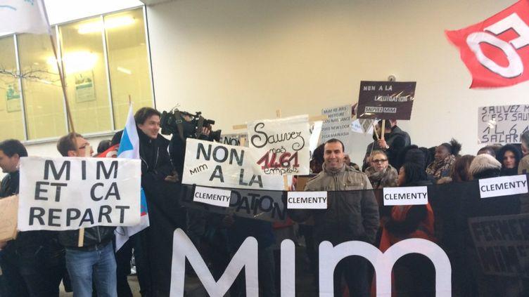 Des salariés de l'enseigne Mim manifestent devant le tribunal de commerce de Bobigny (Seine-Saint-Denis), le 28 mars 2017. (FRANCE 3 PARIS ILE-DE-FRANCE)