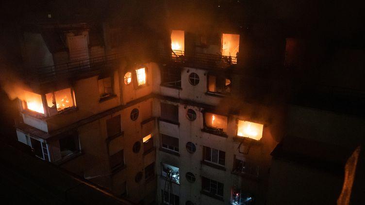 L'immeuble en flammes de la rue Erlanger, le 5 février 2019 à Paris. (BENOIT MOSER / BSPP - BRIGADE DE SAPEURS-POMPIERS / AFP)