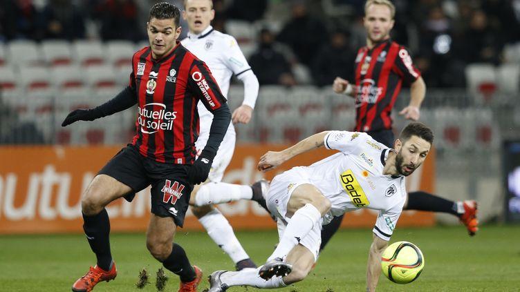 Hatem Ben Arfa (Nice) destabilise Yoann Andreu (Angers) (VALERY HACHE / AFP)