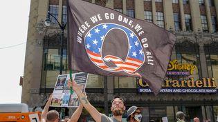 Un drapeau agité par des adeptes de la mouvance conspirationniste QAnon, à Los Angeles, en Californie (États-Unis), le 22 août 2020. (KYLE GRILLOT / AFP)