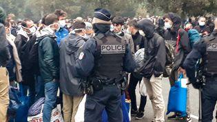 La police française évacue un campement de migrants à Calais (Pas-de-Calais), le 29 septembre 2020. (BERNARD BARRON / AFP)