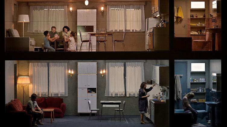 """""""L'Inondation"""" de Filidei et Pommerat à l'Opéra Comique : ici le rez-de-chaussée de l'immeuble, avec l'Homme (Boris Grappe), la Femme (Chloé Briot) et la Jeune Fille (Norma Nahoun). (STEFAN BRION)"""