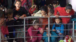 Des milliers de réfugiés irakiens attendent de pouvoir retourner dans leurs villages libérés des djihadistes. (AHMED JALIL / EPA)