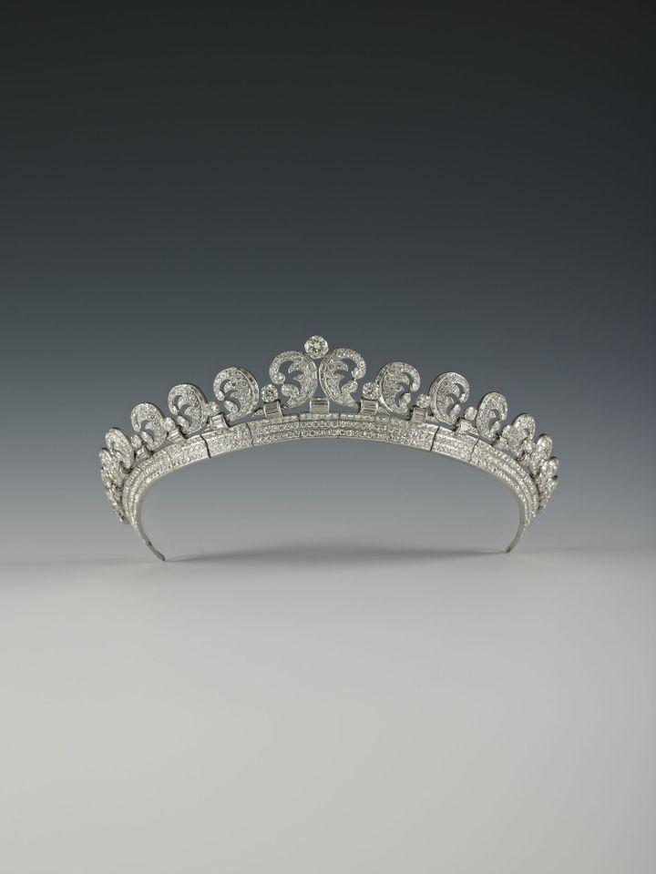 Diadème Halo. Cartier Londres, 1936. Platine, Diamants ronds taille ancienne et baguette hauteur au centre 4.0 cm.  (Royal Collection Trust / Her Majesty Queen Elizabeth II 2013)