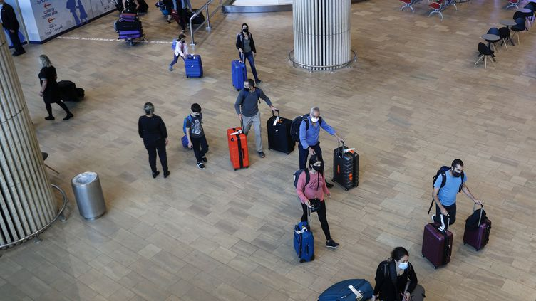Des touristes vaccinés arrivent à l'aéroport Ben Gourion, en Israël, le 23 mai 2021. (JACK GUEZ / AFP)