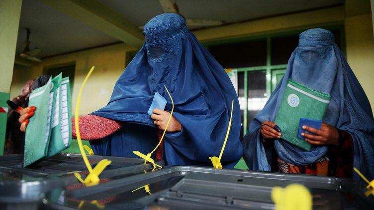 Des femmes votant Kaboul (Afghanistan), le 5 avril 2014. (SHAH MARAI / AFP)