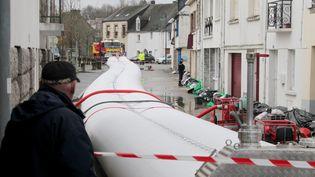 Deux digues gonflables d'une centaine de mètres de long ont été installées, lundi 6 janvier, le long du Blavet à Pontivy (Morbihan). Ces digues flottantes remplies d'eau sont censées bloquer l'inondation en redirigeant l'eau. (  MAXPPP)