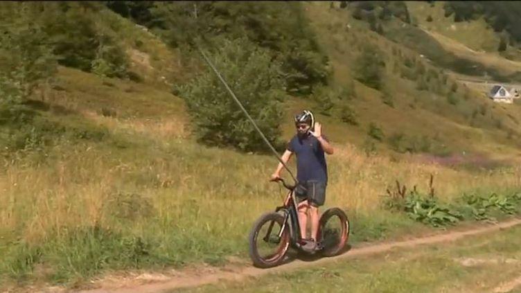 Le Fatscoot est une trottinette tout terrain avec de grosses roues qui permet de dévaler les montagnes à toute allure. Elle est proposée depuis deux étés dans la station du Sancy dans le Puy-de-Dôme.