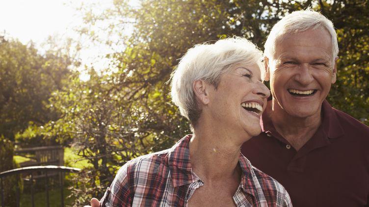 Une meilleure hygiène de vie des hommes expliquerait le fait que l'espérance de vie des hommes et des femmes tend à se rejoindre, selon une étude britannique. (SPORRER/RUPP / CULTURA RF / GETTY)