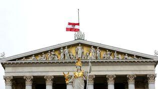 Quelques heures après les premières explosions dans le centre de Bruxelles, l'Autriche a mis ses drapeaux en berne, comme ici au dessus du parlement à Vienne. (LEONHARD FOEGER / REUTERS)