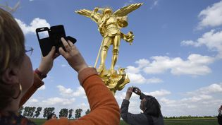 L'Archange du Mont Saint Michel avant sa réinstallation, 26 mai 2016  (DAMIEN MEYER / AFP)